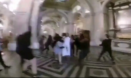 Encapuchados agreden a sacerdote en Catedral de Santiago. Arzobispado dice que fue un montaje